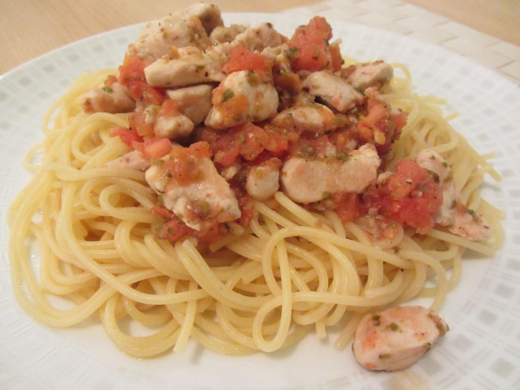Špagety s kuřecím masem a rajčaty