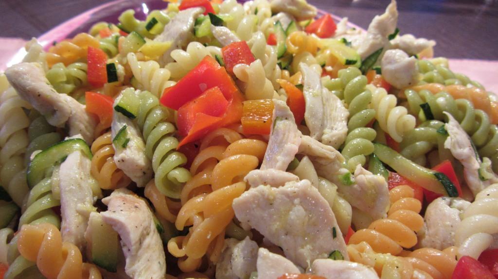 Těstovinový salát s kuřecím masem a cuketou