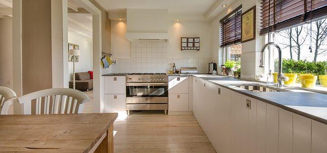 Objevte kouzlo kuchyňské linky ve skandinávském stylu: voní dřevem a nostalgií!